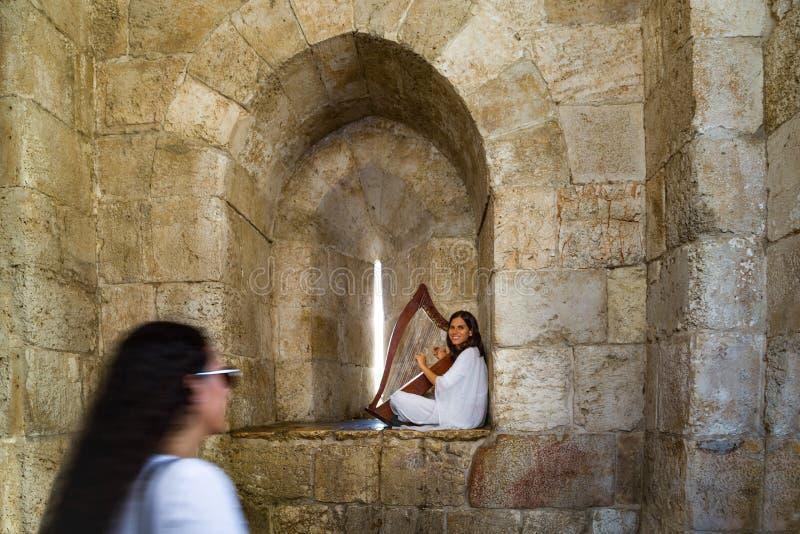 Jerozolima, brama stary miasto Jerozolima Dziewczyny obsiadanie z harfą w ona ręki zdjęcie royalty free