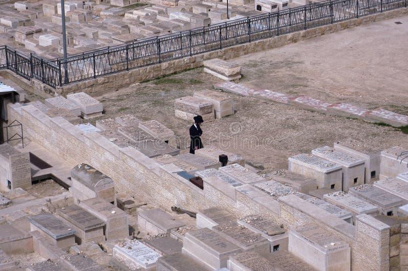 JEROZOLIMA, IZRAEL żyd modlenie przy górą oliwka Żydowski cmentarz - 27 2017 FEB - zdjęcia royalty free