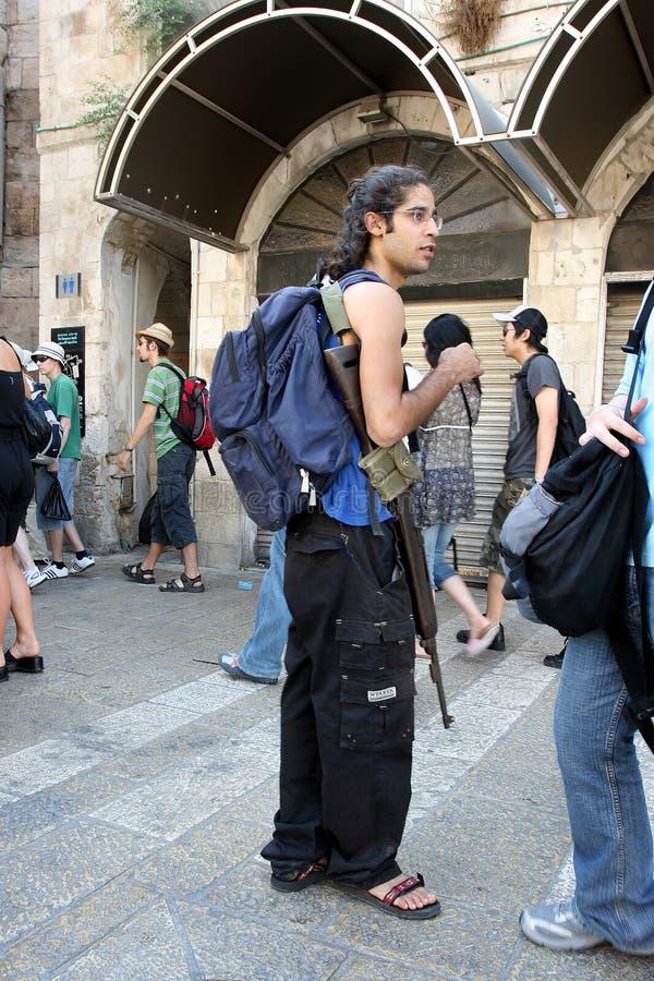 Jerozolima, Izrael, 06 07 2007 Żydowski młody człowiek jest ubranym szkła z plecakiem stoi w ulicie zdjęcia stock