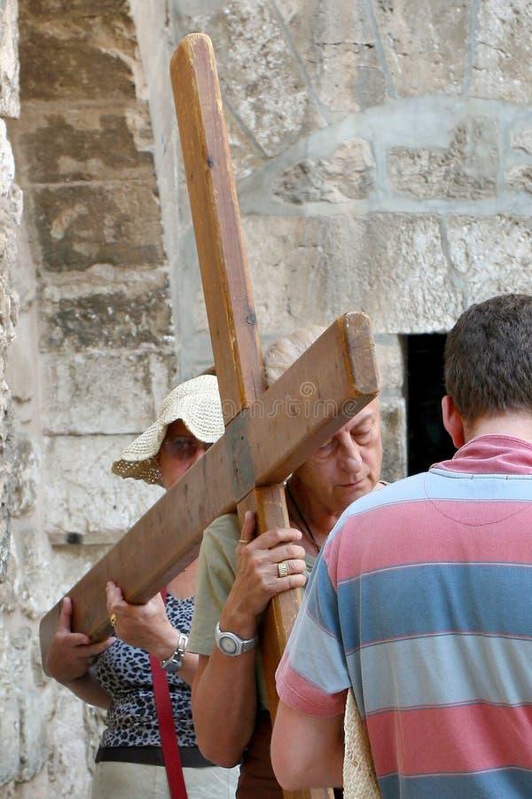 Jerozolima, Izrael, 06 07 2007 grupa ludzi niesie drewnianego krzyż przy ścianami kościół w Jerozolima zdjęcie royalty free