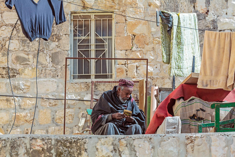JEROZOLIMA IZRAEL, LUTY, - 15, 2013: Ksiądz Etiopski Ortho fotografia stock
