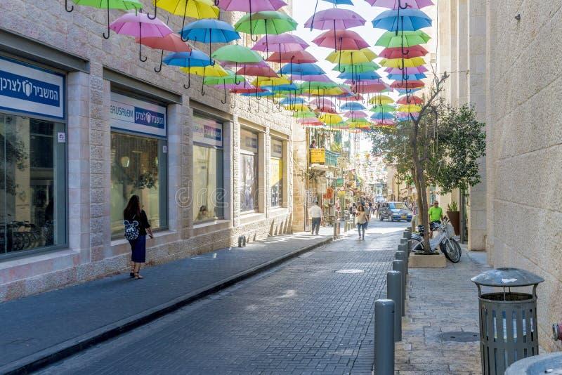 JEROZOLIMA IZRAEL, PAŹDZIERNIK, - 20 2017 nowożytny tramwaj w ulicach Jerozolima fotografia stock