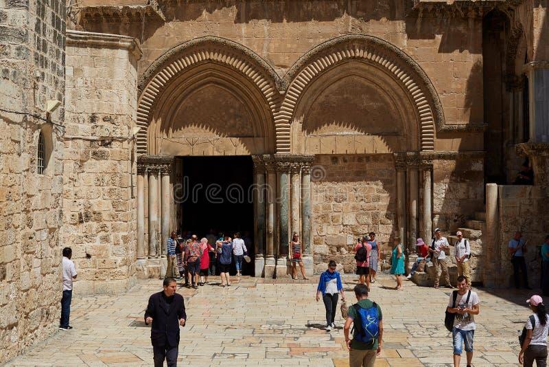 JEROZOLIMA IZRAEL, Sierpień, - 25 2018: Michaelita i pielgrzymi przy atrium kościół Święty Sepulchre, holiest Chrześcijański miej obraz royalty free