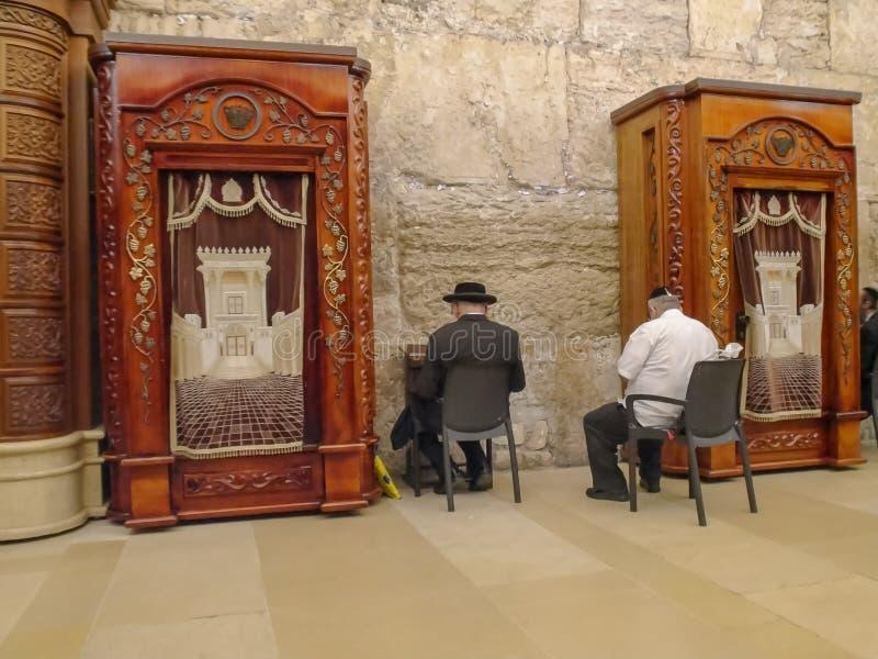 JEROZOLIMA, IZRAEL WRZESIEŃ, 19, 2016: modlitewny pokój przy zachodnią ścianą w Jerusalem zdjęcia stock