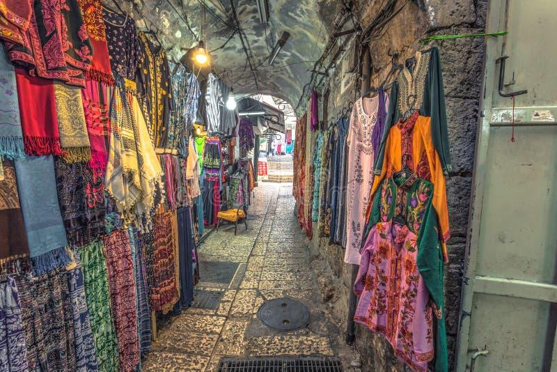 """Jerozolima - październik 2018: Handel i kupcy w muzuÅ'maÅ""""skiej dzielnicy starego miasta Jerozolimy, Izrael zdjęcie stock"""