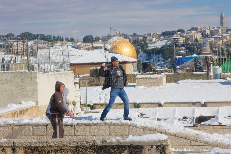 Jerozolimska młodość bawić się snowballs obrazy stock
