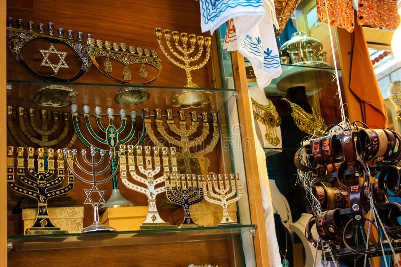 Jerozolimski Izrael Marzec 23, 2018 zbliżeń handcrafted dekoracyjni przedmioty sprzedawał w pamiątka sklepie przy bazarem stary m zdjęcia stock