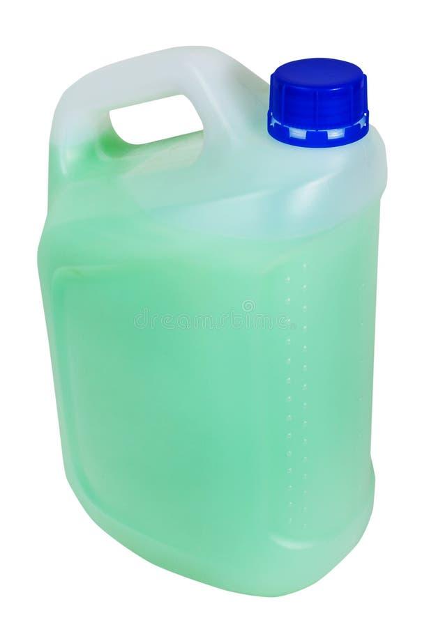 Jerrycan met groene vloeistof die op wit wordt geïsoleerd stock afbeelding