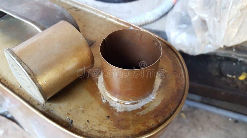 Jerrycans en laiton en métal avec la couleur brune images libres de droits