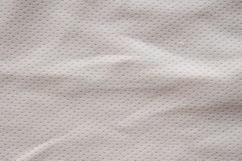 Jersey bianco di calcio dell'abbigliamento di sport del tessuto con il fondo di struttura della maglia dell'aria immagine stock