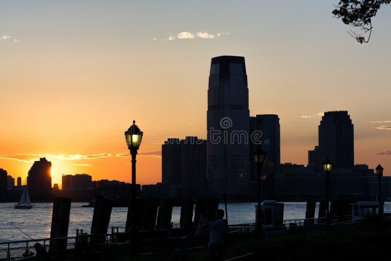 Jersey City au crépuscule, silhouettes de gratte-ciel images libres de droits