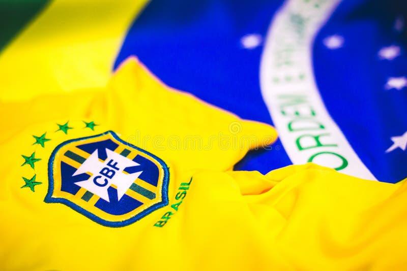 Jersey e bandiera brasiliani davanti alla vista fotografie stock