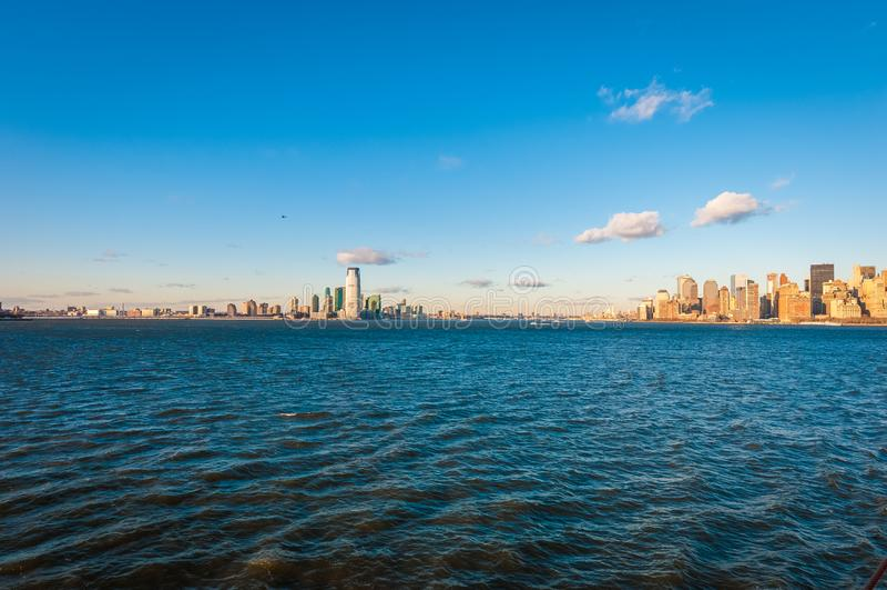Jersey Shore zoals die van Hudson River in New York, Verenigde Staten wordt gezien stock foto