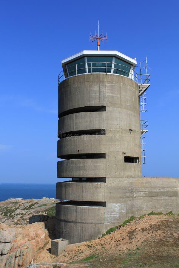 Jersey, torre alemana del reloj y arcón cerca del La Corbiere fotografía de archivo