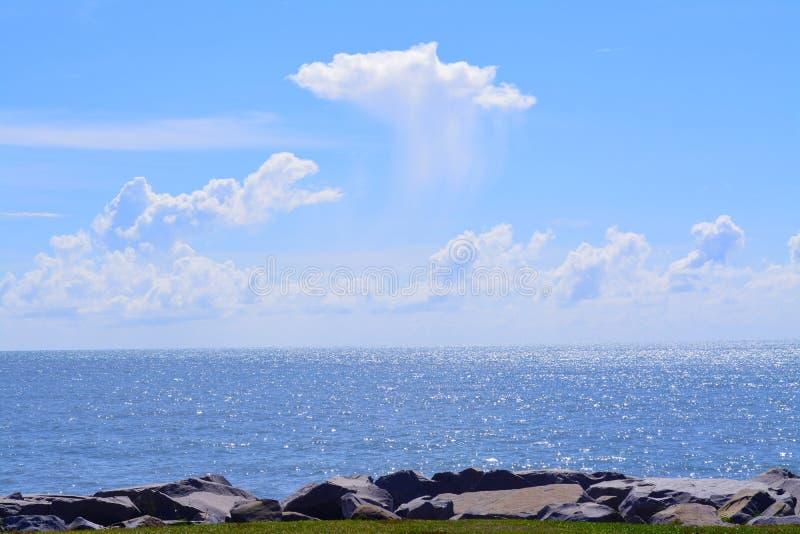 Jerudong海滩,文莱蓝天与海洋的地方谈话 免版税库存图片