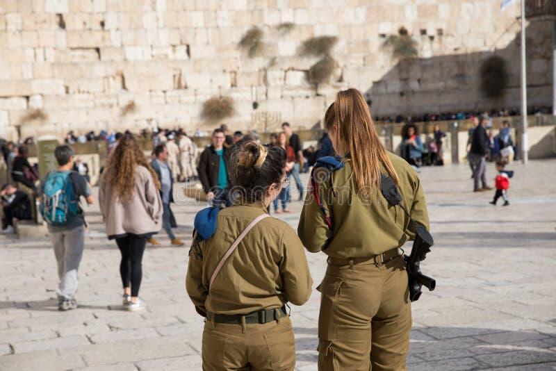 JERUSALÉM, ISRAEL - 1º de dezembro de 2018: Soldados armados israelitas das mulheres e na parede ocidental fotografia de stock royalty free