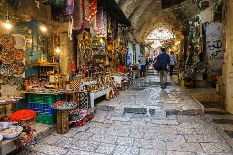 JERUSALÉM, ISRAEL - 2 de abril de 2018: mercado do leste no Jerusalém velho com variedade de produtos e de lembranças de Médio Or imagens de stock royalty free