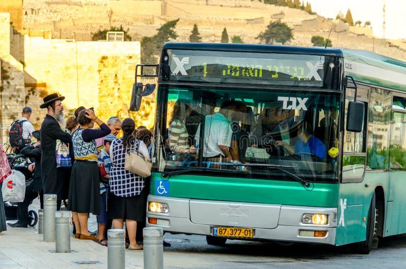Jerusalém, Israel 17 de agosto de 2016: Grupo de judeus ortodoxos que esperam para obter em um ônibus do transporte público no Je fotografia de stock