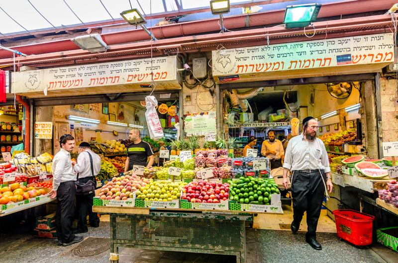 Jerusal?m, Israel 16 de agosto de 2016: Homens que compram vegetais em um mercado no Jerusal?m, Israel fotos de stock royalty free