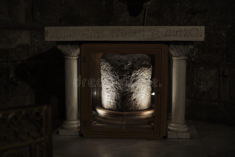 JERUSALÉM, ISRAEL - 25 de agosto de 2018: Uma coluna quebrada na entrada à igreja do sepulcro santamente Israel, Jerusalem imagens de stock royalty free
