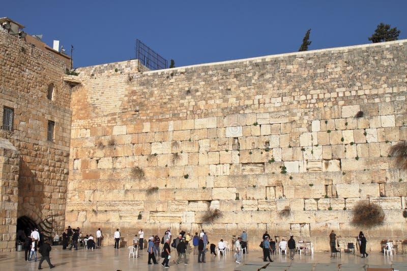 JERUSALÉM, ISRAEL - 26 de fevereiro de 2017 - judeus na parede ocidental imagens de stock