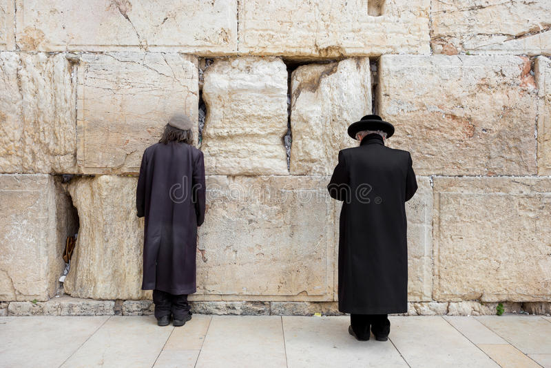 JERUSALÉM, ISRAEL - 15 DE MARÇO DE 2016: Dois homens que rezam na parede lamentando no Jerusalém velho da cidade (Israel) fotografia de stock