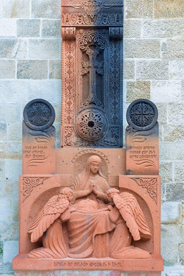 JERUSALÉM, ISRAEL - 5 DE MARÇO DE 2015: O relevo transversal armênio no vestíbulo da catedral do St James Armenian de um fim de 1 fotografia de stock