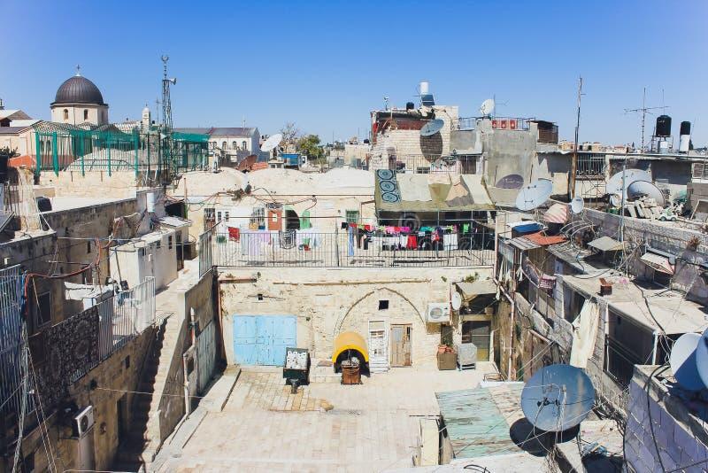 Jerusalém, Israel - 9 de outubro de 2018: Opinião do telhado, com o Temple Mount e outros monumentos, na cidade velha de fotos de stock