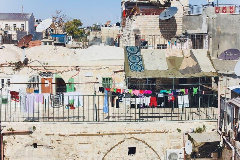 Jerusalém, Israel - 9 de outubro de 2018: Opinião do telhado, com o Temple Mount e outros monumentos, na cidade velha de imagens de stock