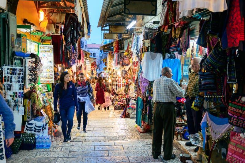 JERUSALÉM, ISRAEL - EM ABRIL DE 2017: Mercado oriental no Jerusalém velho imagem de stock
