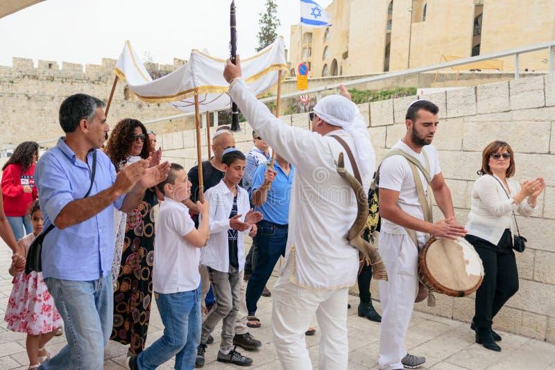 JERUSALÉM, ISRAEL - EM ABRIL DE 2017: Ritual do bar mitsva no Wesern foto de stock royalty free