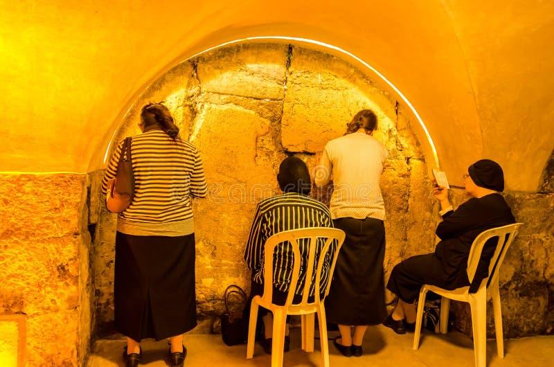 Jerusalém, Israel, o 23 de julho de 2015: Mulheres que rezam no subsolo em túneis ocidentais da parede imagem de stock