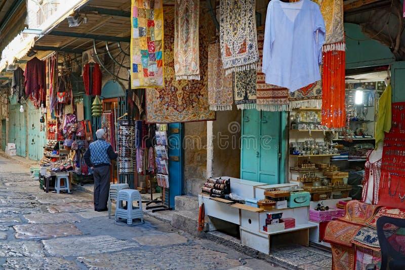 JERUSALÉM - O mercado árabe na cidade velha foto de stock