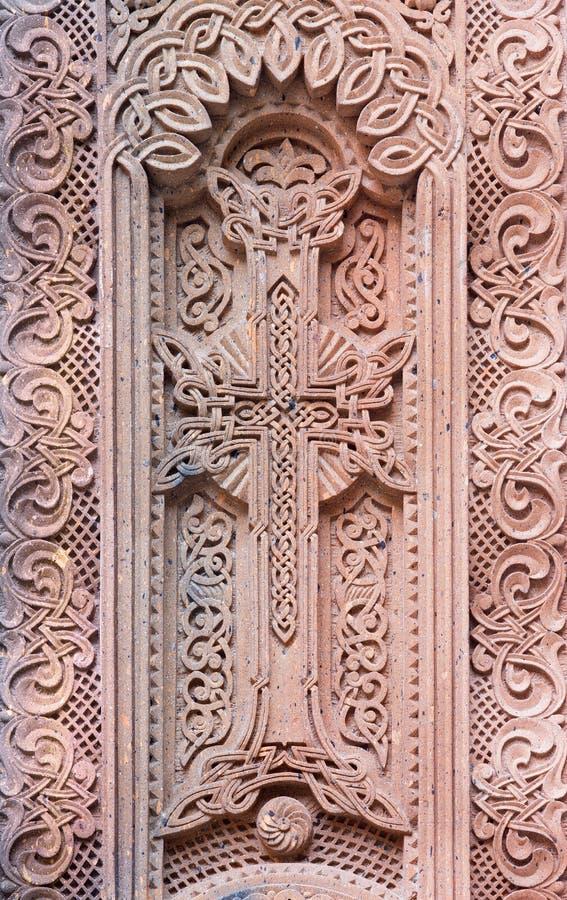 Jerusalém - o relevo transversal armênio no vestíbulo da catedral do St James Armenian de um fim de 19 centavo imagens de stock