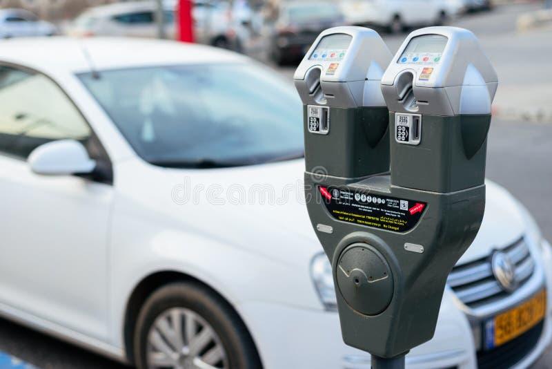 JERUSALÉN, ISRAEL - ABRIL DE 2017: Coche y máquina del estacionamiento con el ele fotos de archivo libres de regalías