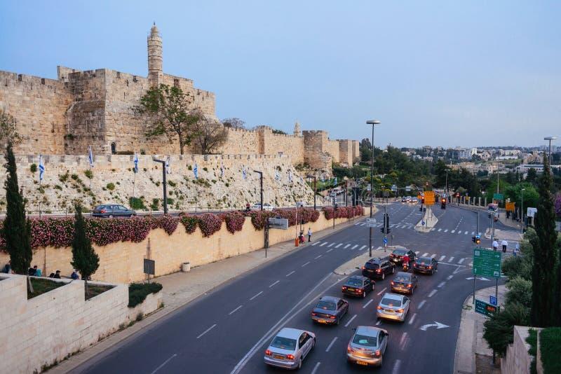 JERUSALÉN, ISRAEL - ABRIL DE 2017: Torre de David y del stree de la tarde foto de archivo libre de regalías