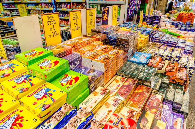 Jerusal?n, Israel 16 de agosto de 2016: Cajas clasificadas de caramelo en venta en el mercado de Mahane Yehudah en Jerusal?n, Isr foto de archivo