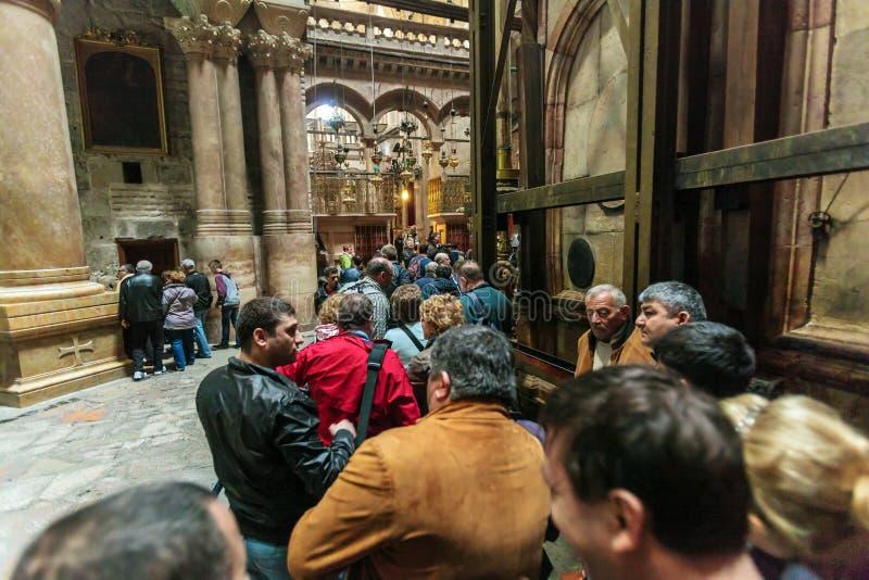 JERUSALÉN, ISRAEL - 15 DE FEBRERO DE 2013: Turistas que esperan en filas imagen de archivo
