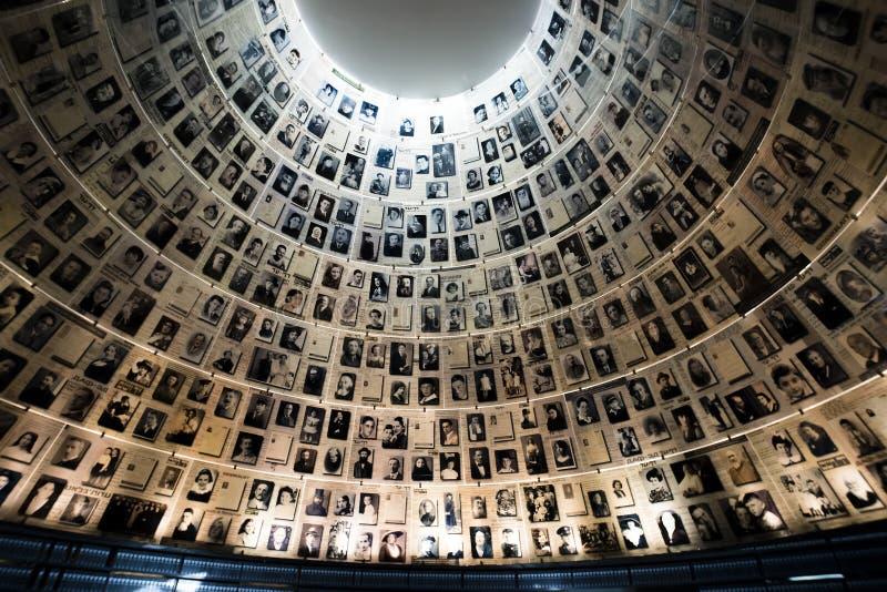 Jerusalén, Israel - 27 de febrero de 2017: El Pasillo de nombres en el sitio conmemorativo del holocausto de Yad Vashem en Jerusa fotos de archivo