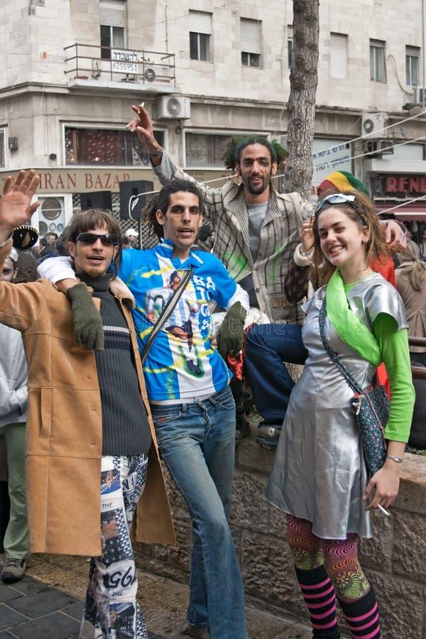 JERUSALÉN, ISRAEL - 15 DE MARZO DE 2006: Carnaval de Purim El grupo de personas celebra el festival foto de archivo