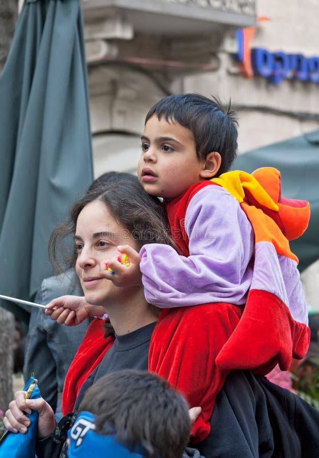 JERUSALÉN, ISRAEL - 15 DE MARZO DE 2006: El carnaval de Purim, gente mira la demostración foto de archivo