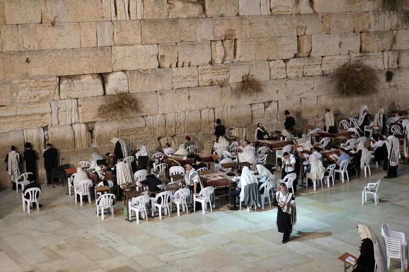 Jerusalén, Israel 24 de octubre de 2018: Los hombres judíos ruegan durante los rezos penitenciales cerca de la pared que se lamen fotos de archivo