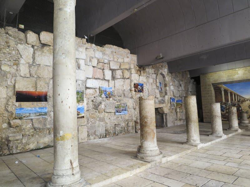 JERUSALÉN, ISRAEL - JULI 13, 2015: Cardo Maximus, Roman Pillars Los restos del pilares romanos antiguos situados en cuarto judío imágenes de archivo libres de regalías