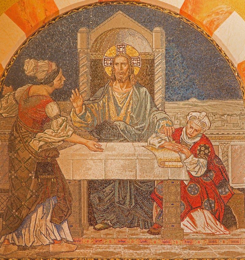 Jerusalén - Jesús con Martha y Maria Mosaico en el estribillo de la iglesia luterana evangélica de la ascensión imagen de archivo