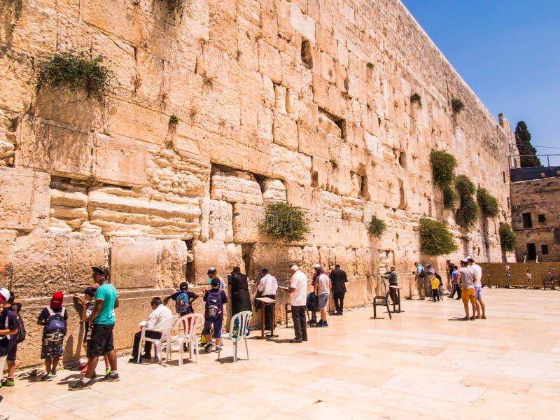 JERUSALÉN - Juli 15: Rezos judíos y peregrinos al lado de occidental imagen de archivo libre de regalías
