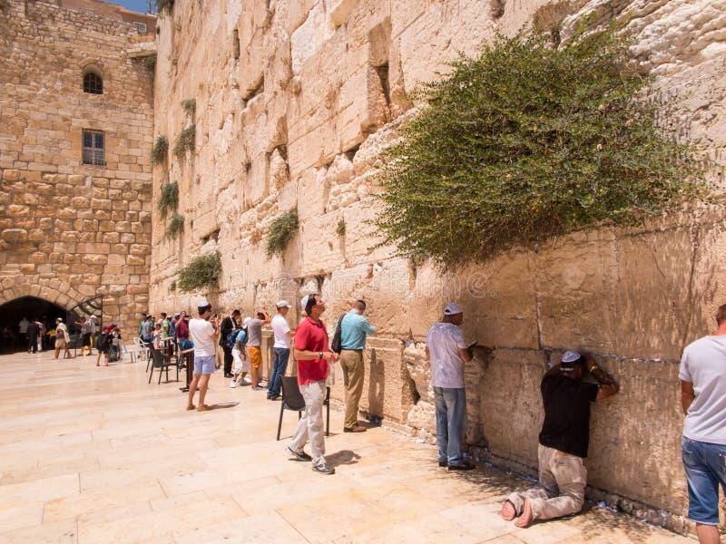 JERUSALÉN - Juli 15: Rezos judíos y peregrinos al lado de occidental foto de archivo