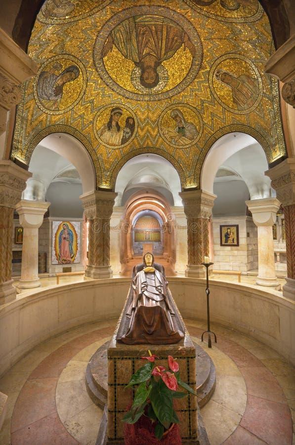 Jerusalén - la cripta de la abadía de Dormition con la estatua de la Virgen María y del mosaico de la muerte en wault foto de archivo