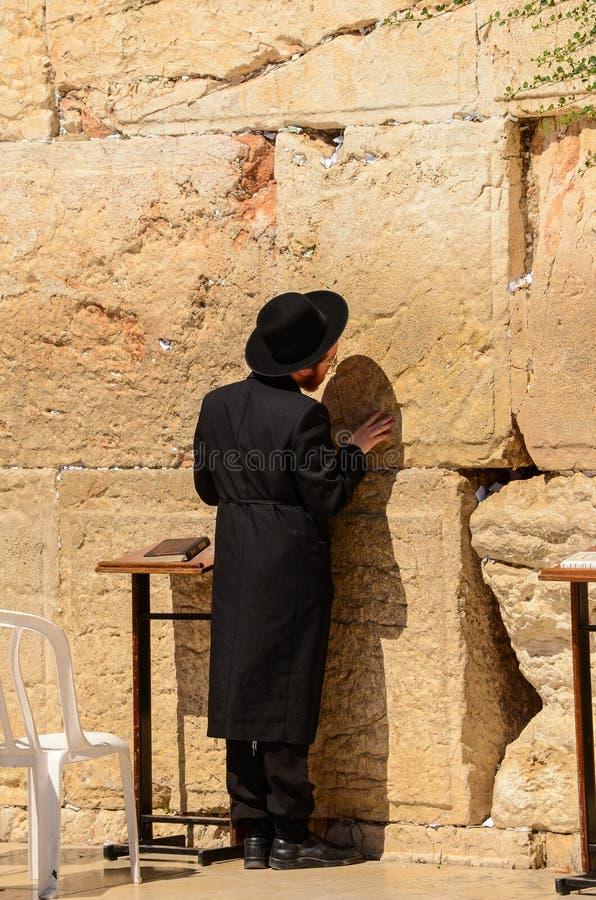 Jerusal?m, Israel 11 de julho de 2014: Homem judaico ortodoxo que reza na parede ocidental no Jerusal?m, Israel foto de stock