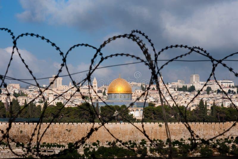 Jerusalem através do fio da lâmina imagem de stock royalty free