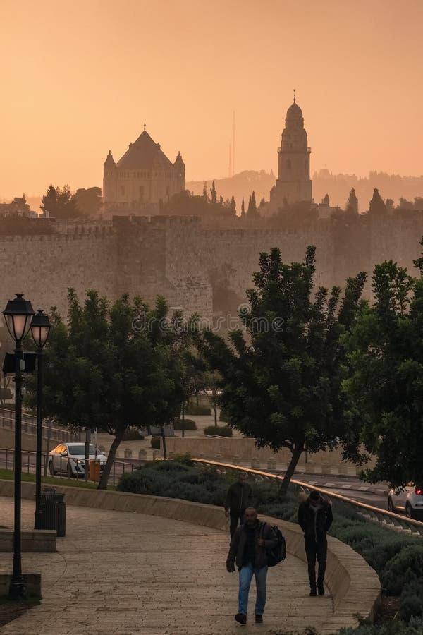 Jerusalem gammal stadhorisont på gryning royaltyfri foto